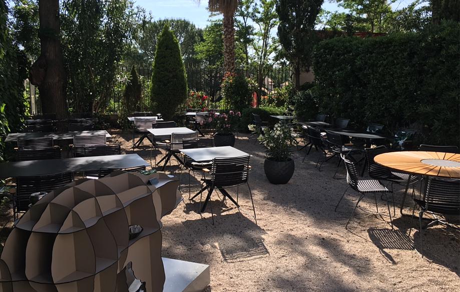 L'Hostellerie Saint Alban à Nezignan l'Evêque (Hérault) - Leslie Cury // Chaises outdoor Click et table Circle de Houe